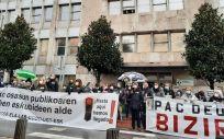 Imagen de la concentración de sindicatos de Osakidetza en Deusto. (Foto. EUROPA PRESS)
