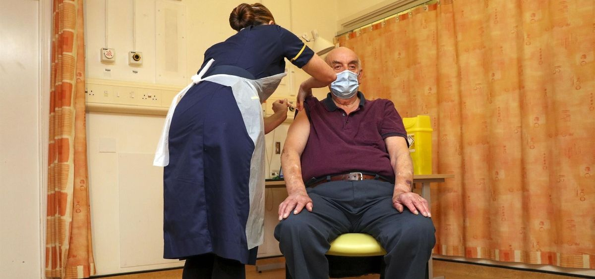 Brian Pinker recibe la vacuna contra la COVID 19 de Oxford y AstraZeneca. (Steve Parsons PA Wire dp)
