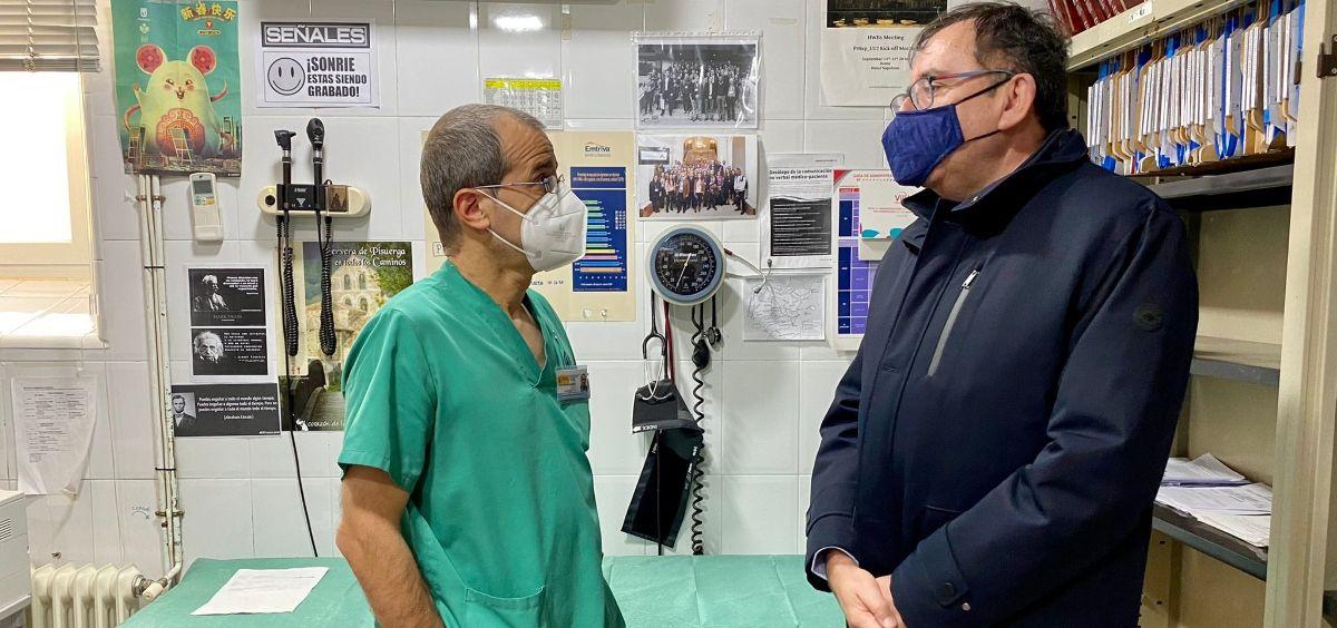 El secretario general de Instituciones Penitenciarias, Ángel Luis Ortiz, visitando el servicio de salud de un centro penitenciario. (Foto. IIPP)