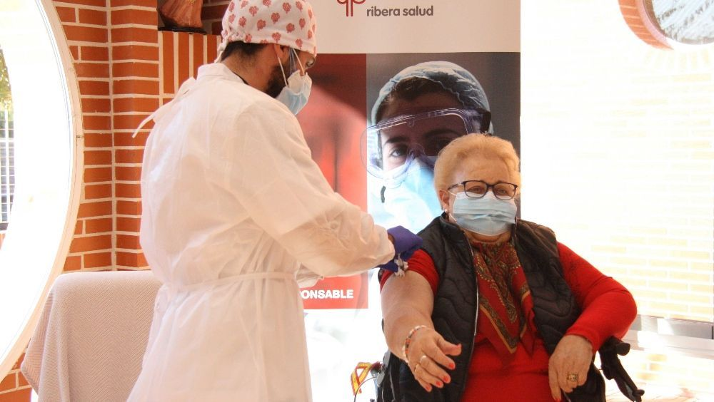 Isabel, de 85 años, primera vacunada en Torrevieja