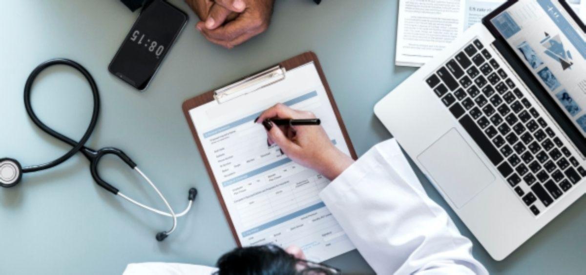 Imagen de una consulta entre un médico y un paciente. (Foto. Rawpixel)