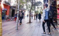 Un joven sale de una tienda de la céntrica calle de Fuencarral, en Madrid ( Foto. Ricardo Rubio)