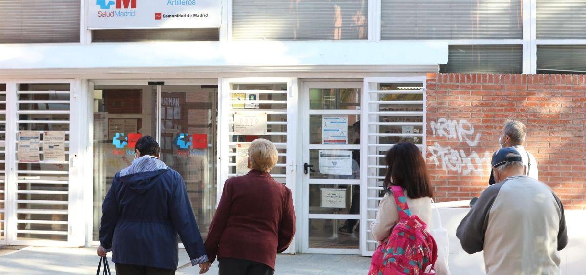 Varias personas hacen cola en el Centro de Salud (Foto. Marta Fernández   Europa Press   Archivo)