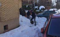 Ciudadanos madrileños limpiando las aceras de las calles tras la borrasca 'Filomena' (Foto: @112cmadrid)