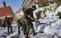 Militares del Ejército de Tierra limpian el acceso de entrada al Hospital Gregorio Marañón (Foto. Jesús Hellín   Europa Pres)