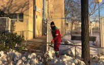 Trabajador despeja el acceso al Centro de Salud Rosa Luxemburgo (Foto: Ayuntamiento de San Sebastián de los Reyes)
