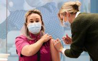 Imagen de la primera persona vacuna en los Países Bajos frente a la Covid-19 (Foto: @EU_Commission - Phil Nijhuis)