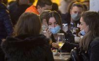 Un grupo de personas toma consumiciones en una terraza (Foto. CARLOS CASTRO EUROPA PRESS)