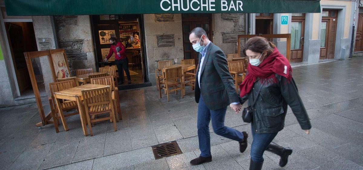 Dos personas pasan frente a una terraza en en Lugo, tras el levantamiento del cierre perimetral de la ciudad, en Lugo, Galicia (Foto. Carlos Castro   EP)