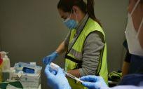 Dos trabajadoras sanitarias en un dispositivo para administrar la vacuna contra la COVID 19 (Foto. Eduardo Sanz  Europa Press)