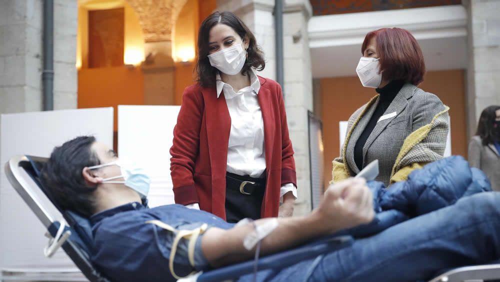 La presidenta de la región, Isabel Díaz Ayuso, y la gerente del Centro de Transfusión, Luisa María Barea, saludan a un donante (Foto: Comunidad de Madrid)