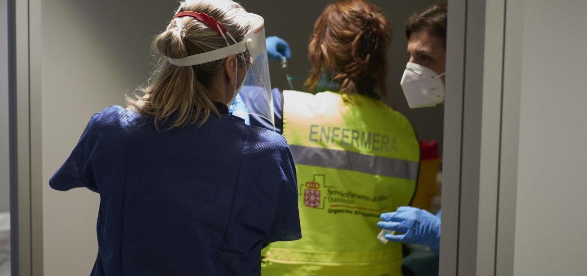 Tres trabajadoras sanitarias, en un centro de Refena ( Foto. Eduardo Sanz  EP)