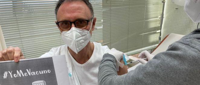 Antonio Iofrío, pediatra de Atención Primaria vacunándose frente a la Covid 19 (Foto. @AntonioIofrio)