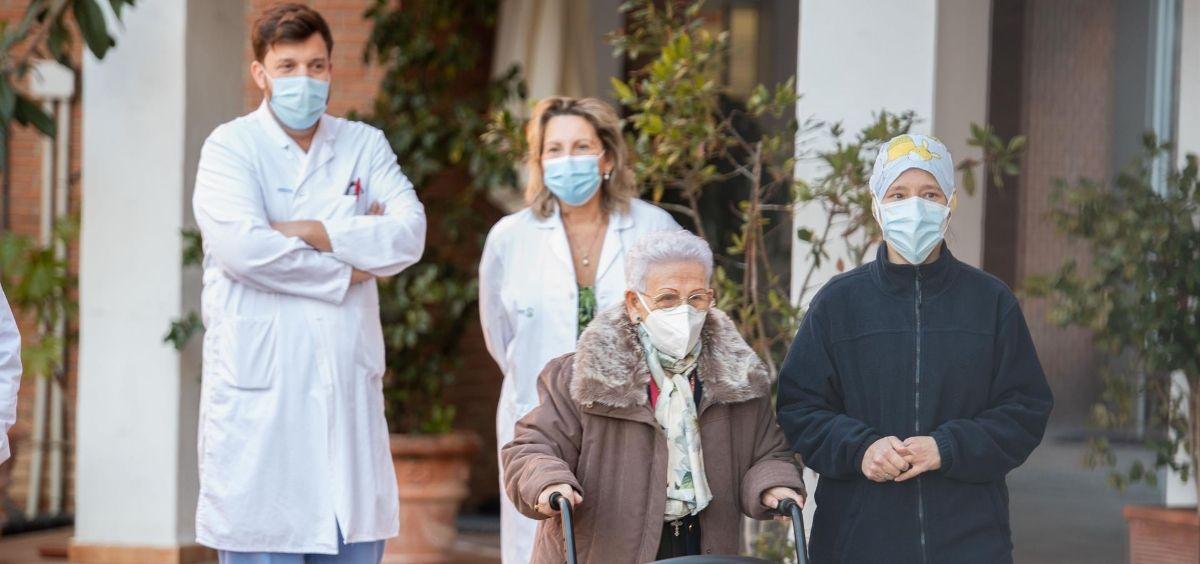 Araceli y Mónica, la residente más longeva de la Residencia de mayores Los Olmos y la sanitaria más joven, acompañadas de personal del geriátrico, tras recibir la segunda dosis de la vacuna Pfizer BioNTech, (Foto. EP)