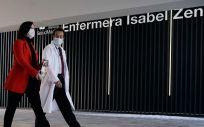 Isabel Díaz Ayuso, presidenta de la Comunidad de Madrid, y Fernando Prados, coordinador del Hospital de Emergencias Enfermera Isabel Zendal (Foto: CAM)