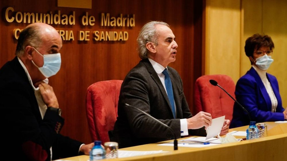 Enrique Ruiz Escudero (c) junto a Antonio Zapatero (i) y Elena Andradas (Foto: CAM)