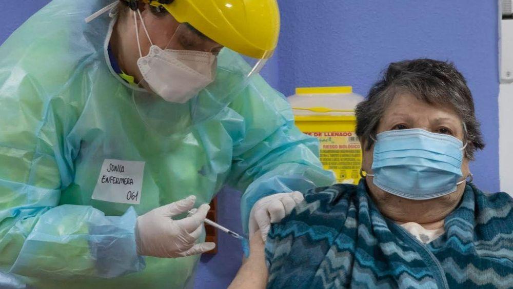 Persona mayor se vacuna frente a la Covid-19 en la Región de Murcia (Foto: CARM)