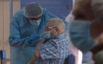 Un hombre mayor recibe la vacuna frente a la Covid-19 en Murcia (Foto: CARM)