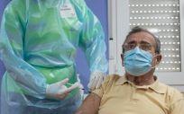 Un hombre mayor se vacuna frente a la Covid-19 en la Región de Murcia (Foto: CARM)