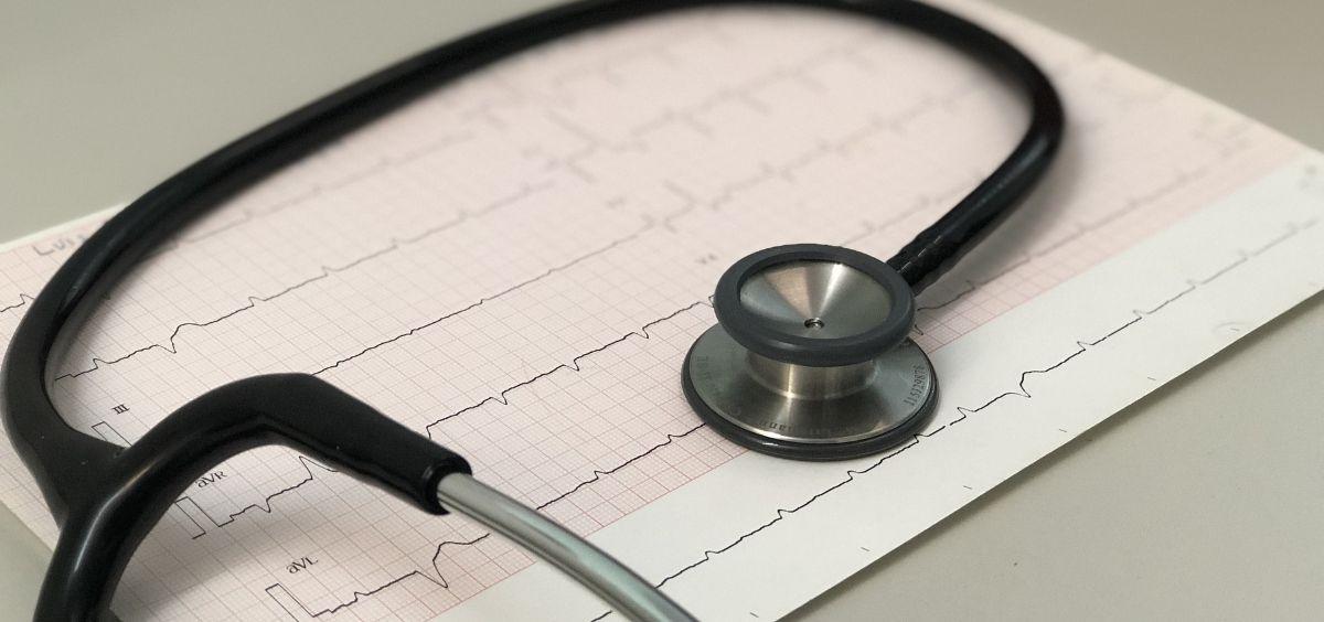 Un estetoscopio e imagen de un electrocardiograma. (Foto. Pixabay)
