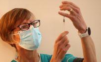 Sanitaria con una vacuna frente a la Covid 19 (Foto. Nick Potts PA Wire dpa)