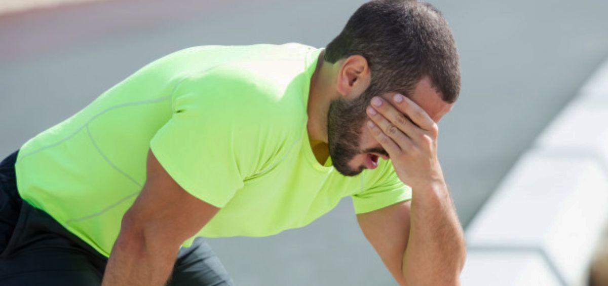 Hombre con fatiga debido a la realización de actividad física (Foto. Freepik)