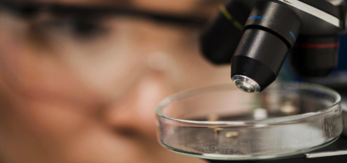 Científica analizando muestras en un microscopio (Foto. Freepik)