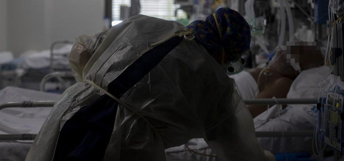 Una trabajadora de la limpieza durante su jornada laboral en la Unidad de Cuidados Intensivos (UCI) dedicada a enfermos de coronavirus del Hospital Universitario Ramón y Cajal. (Foto. Eduardo Parra Europa Press)