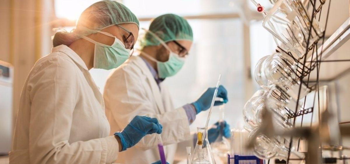 Investigadores en un laboratorio (Foto. Farmaindustria)