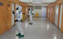 La Compañía de Defensa NBQ (Nuclear, Biológica y Química) de la Brigada Aragón del Ejercito de Tierra realiza labores de desinfección en la cárcel de Teruel. (Foto @DelGobEnAragon)