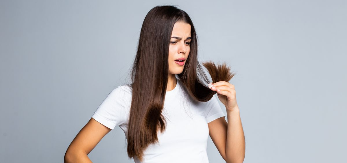 Mujer preocupada por su cabello (Foto. Freepik)