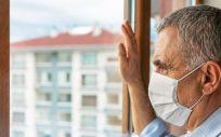 Hombre en casa con mascarilla (Foto. RAINSTAR)