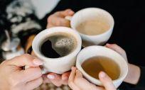 Manos de personas con tazas de té y café. (Foto.SERHII SOBOLEVSKYI)