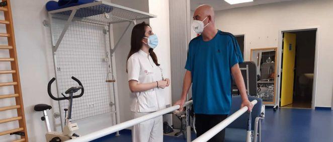 Una fisioterapeuta trabaja con un paciente (Foto. Ribera)