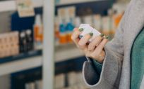Una mujer en una farmacia (Foto: Freepik)