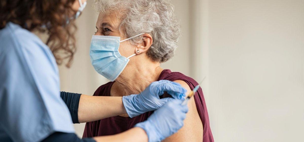 Enfermera vacunando (Foto. CAM)