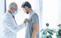 Médico examinando a un paciente (Foto. Freepik)