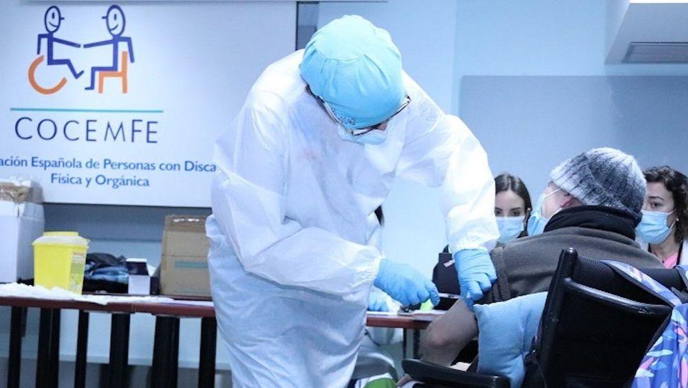 Persona con discapacidad vacunándose contra la Covid-19 (Foto: COCEMFE)