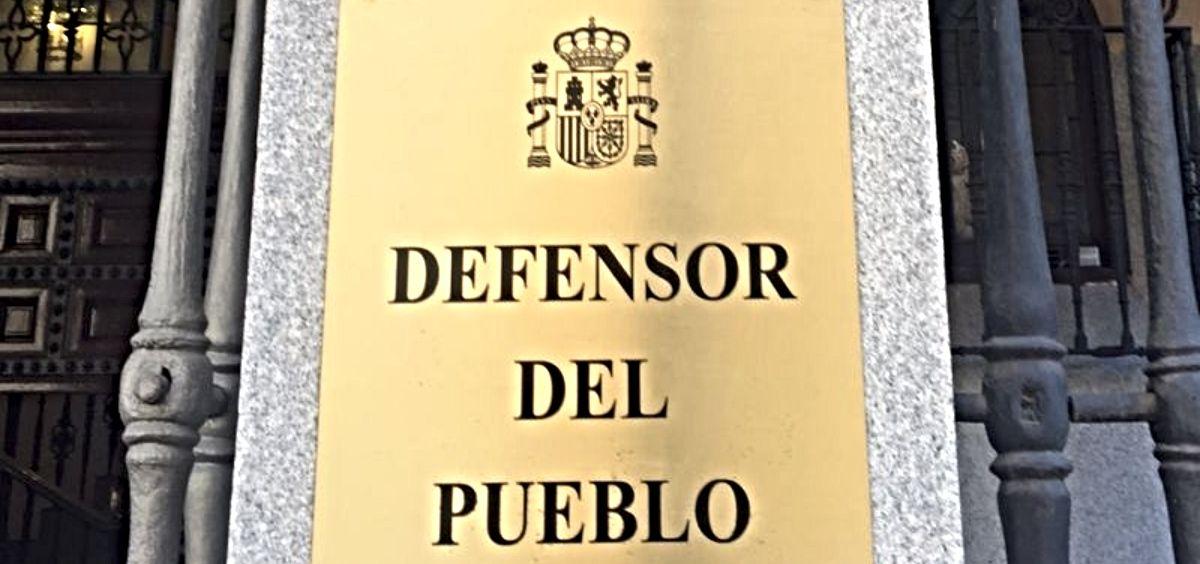 Placa identificativa de la sede administrativa donde se sitúa El Defensor del Pueblo. (Foto. El Defensor del Pueblo)
