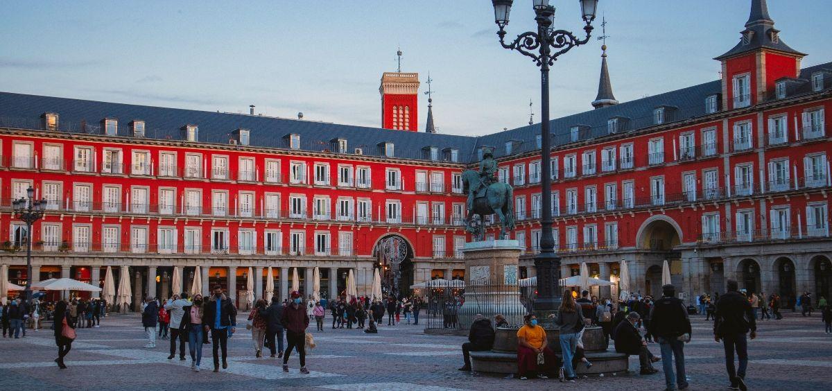 Gente paseando por la Plaza Mayor de Madrid. (Foto. Unsplash / Eduardo Rodríguez)