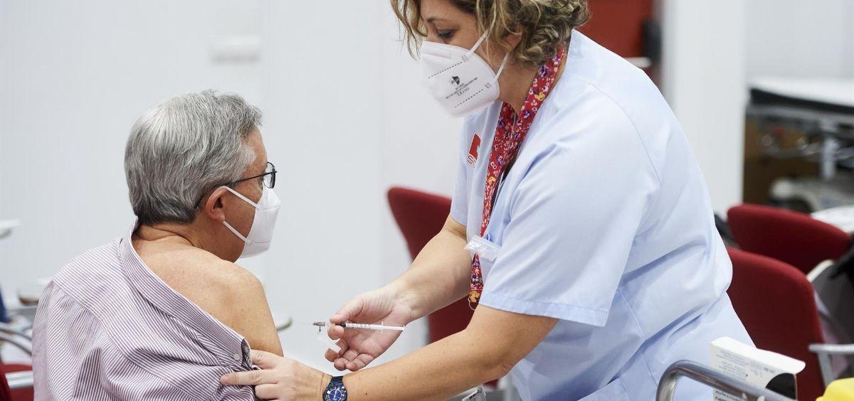 Una trabajadora sanitaria vacunando contra el Covid. Archivo (Foto. Juan Manuel Serrano Arce EP)