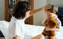 Una madre tomando la temperatura a su hijo. (Foto. Rawpixel)