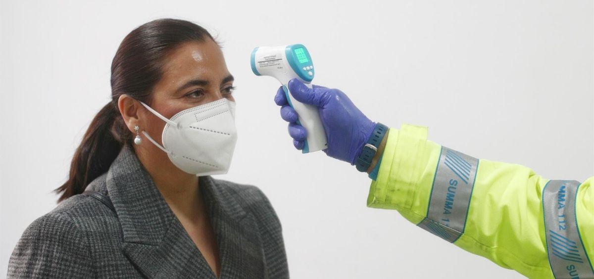 Una mujer recibe una medición de su temperatura en un Centro de Vacunación de la Comunidad de Madrid (Foto. Eduardo Parra   Europa Press)