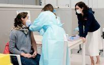 La presidenta de la Comunidad de Madrid, Isabel Díaz Ayuso, durante la campaña de vacunación (Foto. CAM)