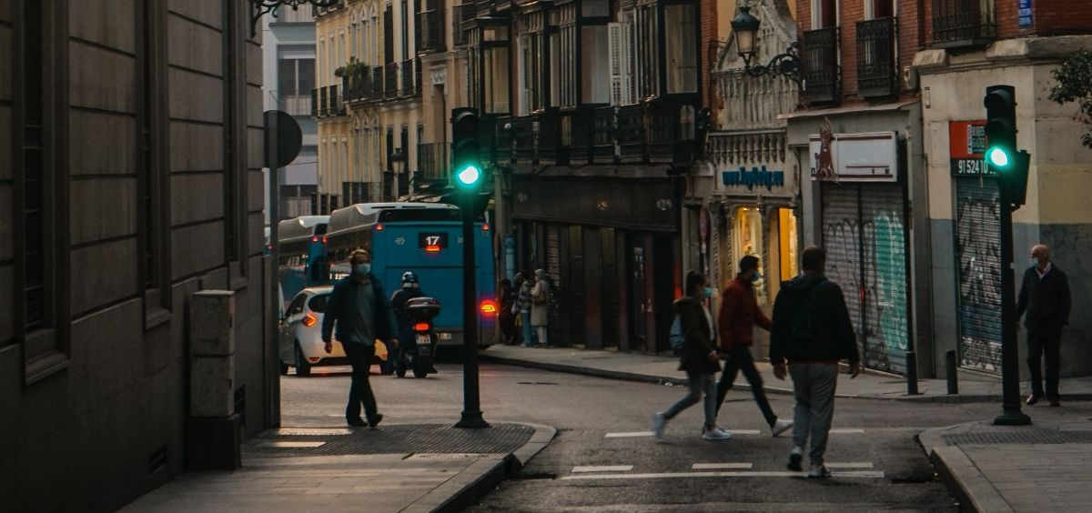 Viandantes en una calle del centro de Madrid durante la pandemia de Covid 19. (Foto. Unsplash - Josefina Di Battista)