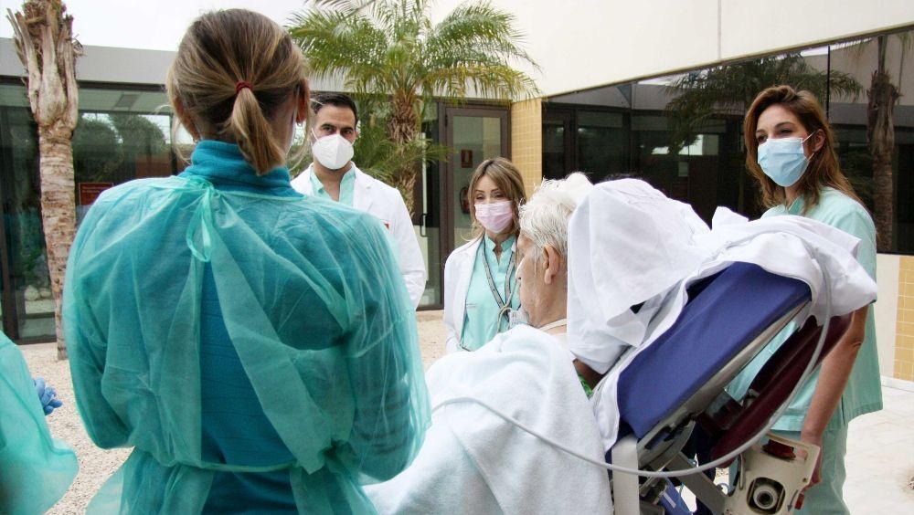 Un paciente de la UCI de Torrevieja respira aire libre