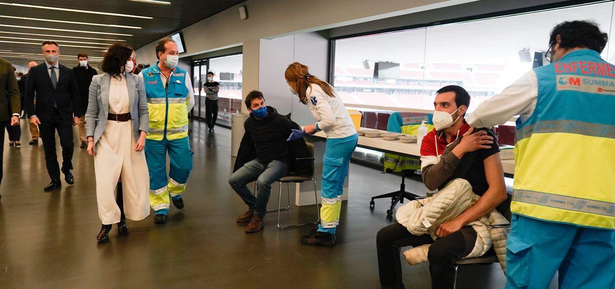Isabel Díaz Ayuso comprueba el proceso de vacunación en las instalaciones del Wanda Metropolitano (Foto. Comunidad de Madrid)