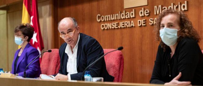 En primer plano, Mª Jesús Rodríguez Nieto, presidenta de Neumomadrid, junto a Antonio Zapatero y Elena Andradas (Foto: CAM)