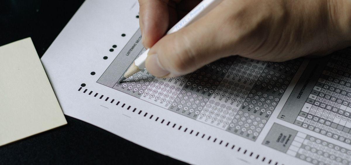 Opositor realizando un examen de un proceso selectivo. (Foto. Unsplash)