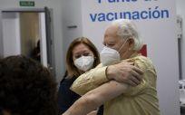 Un octogenario se dispone a recibir la primera dosis de la vacuna de Pfizer en el Centro de Salud Andrés Mellado, en Madrid (España), a 25 de febrero de 2021. (Foto. Jesús Hellín   Europa Press)